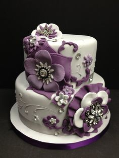 Absolutely adore this #cake since it's great for a smaller #wedding but still absolutely beautiful.