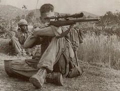 Vietnam war - Carlos Hathcock was a United States Marine Corps Gunnery Sergeant sniper with a service record of 93 confirmed kills. Photo Vietnam, Vietnam War Photos, Vietnam History, Vietnam Vets, Armas Airsoft, American Soldiers, Panzer, Special Forces, Marine Corps