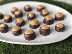 Get Crunchy Toffee Buckeyes Recipe from Food Network. Almond butter, not peanut. No toffee. Add some chopped nuts or toasted coconut. Köstliche Desserts, Delicious Desserts, Dessert Recipes, Cake Pops, Toffee Candy Bar, Yummy Treats, Sweet Treats, Muffins, Icebox Cake