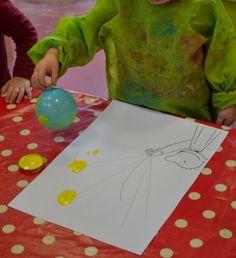 """Peuters thema ballen en ballonnen: stempelen met ballonnetjes op doeblad """"Jules met ballonnen"""" Www.jufanneleen.com"""