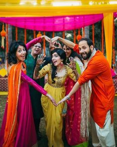 Wedding photography of bride with friends Hochzeitsfotografie der Braut mit Freunden Mehendi Photography, Indian Wedding Couple Photography, Bride Photography, Couple Photography Poses, Photography Ideas, Indian Photography, Photography Lighting, Family Photography, Portrait Photography