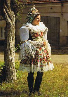 Družička ve svátečním kroji z Moravského Slovácka - z poloviny 20. století
