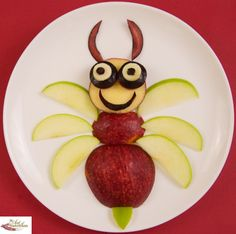 Apple Bee - made from red & green apples and a plum. Have some dip on the side.                                                                                                                                                                                 Más