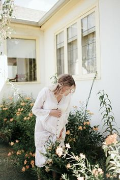 Une jolie maman dans un jardin fleurit par Alyssa Wilcox Photography Pregnancy Outfits, Pregnancy Photos, Pregnancy Style, Chaleco Casual, Kit Harrington, Bump Style, Maternity Fashion, Maternity Styles, Maternity Swimwear