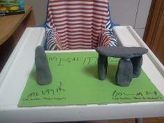 Proyecto: Prehistoria.  Un dolmen y un menhir hechos con pasta de modelar y luego pintados con témperas