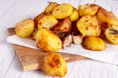 When prepared in a hot water bath, potatoes turn out perfectly cooked. Discover how to make restaurant-worthy sous vide potatoes with these simple recipes! Cooking Roast Potatoes, Perfect Roast Potatoes, How To Cook Potatoes, Roasted Potato Recipes, Roasted Potatoes, Lemon Potatoes, Russet Potatoes, Humble Potato, Good Food