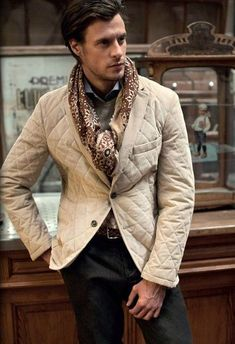 For a look that's semi-casual and wow-worthy, pair a tan quilted blazer with dark brown chinos. Mens Fashion Blog, Urban Fashion, Men's Fashion, Fashion Menswear, Gentleman Mode, Gentleman Style, Brown Chinos, Navy Chinos, Look Man