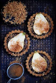 Szybkie tartaletki z czekoladą i gruszką na herbatnikowo orzechowym spodzie z cynamonem. Na przywitanie jesieni. Oby była dla nas łaskawa. Składniki na 4
