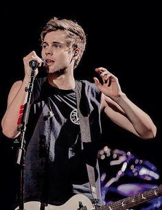 Luke Hemmings on stage in Vancouver (7/25)