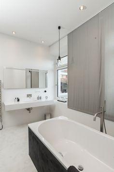 Velká koupelna s vanou umístěnou do prostoru Alcove, Bathtub, Loft, Interior, Bathrooms, Standing Bath, Bathtubs, Indoor, Bathroom