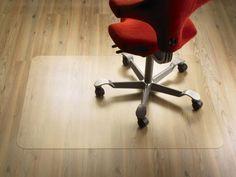 Mit dieser Bodenschutzmatte schonen Sie Ihr Parkett oder Ihren Teppichboden. Dank der Maße von ca. 90 x 120 cm findet Ihr gemütlicher Bürostuhl problemlos auf der Matte Platz. Die hochwertige Verarbeitung aus Polycarbonat macht die Bodenschutzmatte kratzfest, abriebfest und trittschallgedämmt. Das pflegeleichte Material ist zudem äußerst widerstandsfähig und für Fußbodenheizungen geeignet. Ein echtes Multitalent!