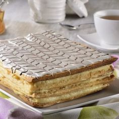 Enjoy this delicious cake filled with a pastry cream with a crunchy texture and where the almonds give a spectacular touch. Do not miss the opportunity to prepare this delicious dessert; Easy Pastry Recipes, Baby Food Recipes, Sweet Recipes, Cake Recipes, Healthy Recipes, Mil Hojas Cake Recipe, Venezuelan Food, Delicious Desserts, Yummy Food
