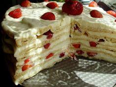 Wartwowe ciasto karpatkowe, z kremem waniliowym i truskawkami