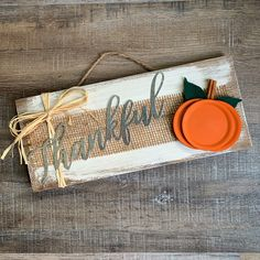 Farmhouse Thankful Wood Sign Hi friends, It's September! That means it's time to be thinking about Fall decor…pumpkins, leaves, all those rich, vibrant colors…I love Fall! I have a fun Farmhouse Thankfu… Autumn Crafts, Holiday Crafts, Summer Crafts, Fall Wood Crafts, Diy Thanksgiving Crafts, Easter Crafts, Crafts To Sell, Diy And Crafts, Sell Diy