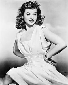 1940s actress Paulette Goddard (from http://ipsislitteris.opsblog.org/2010/07/09/cinemusa-especial-paulette-goddard-por-vinicius-de-moraes-em-seus-30-anos-de-morte)
