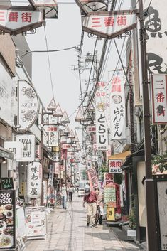 Japan: Flitterwochen im Land der aufgehenden Sonne Japon lifestyle Aesthetic Japan, City Aesthetic, Japanese Aesthetic, Aesthetic Dark, Aesthetic Anime, Japon Tokyo, Japanese Culture, Japanese Art, Japanese Geisha