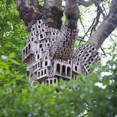 Em Londres, artista constrói cidade para pássaros