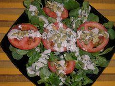 Ensalada de canónigos y tomate con aliño de tahini