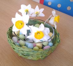 DIY Easter centerpiece with eggs and flowers - design archiLAURA