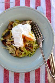 """Ponto de Rebuçado Receitas: """"Zoodles"""" com cogumelos e ovo escalfado"""