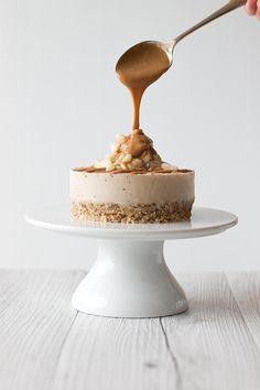 salted caramel macadamia cheesecake, (gluten free/raw/paleo/vegan/dairy-free).