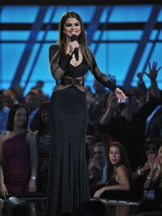 Selena Gomez introducing a singer at the Billboard Music Awards Super cute dress love it Selena Gomez Live, Estilo Selena Gomez, Selena Gomez Pictures, Selena Gomez Style, Selena Selena, Award Show Dresses, Celebrity Style Dresses, Look At Her Now, Pastel Goth Fashion