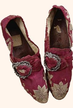 Shoes, silk, embroidered with white flowers, 18th c. (Buckles would have been worn centered.)