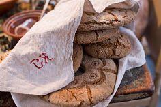 Laita uunituore ruisleipä noin viideksi minuutiksi pyyhkeen sisälle, jottei leivästä tule liian kova. Bread Board, Finland, Cookies, Desserts, Food, Crack Crackers, Tailgate Desserts, Deserts, Biscuits