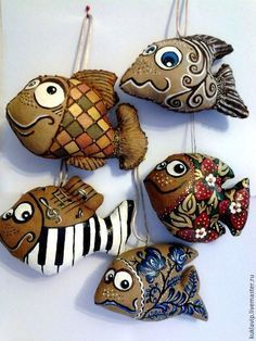 Poisson en terre noire et engobe blanche. Paper Mache Crafts, Clay Crafts, Arts And Crafts, Doll Painting, Stone Painting, Clay Fish, Paperclay, Fish Art, Soft Sculpture