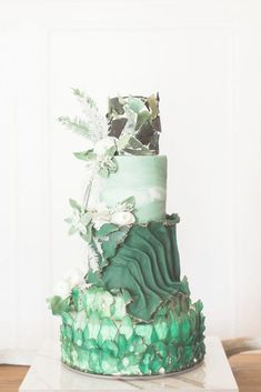 How amazing and gorgeous is this emerald green textured cake? It has such a beautiful nature vibe but would be amazing for weddings as well. Pretty Cakes, Beautiful Cakes, Amazing Cakes, Artist Cake, Crazy Wedding Cakes, Green Cake, Floral Cake, Elegant Cakes, Mets