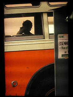 photo de Saul Leiter, bus à New-York, orange, transport urbain Saul Leiter, Diane Arbus, Moma, Color Photography, Street Photography, Human Photography, Candid Photography, New York School, Vivian Maier