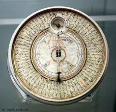 Ivory sundial and qibla pointer. The British Museum. Islamic art. London 2012.