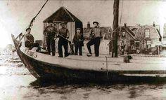 De botter waarmee mijn overgrootvader vanuit Elburg naar de Zaanstreek kwam. Ze legden aan bij wat nu de Bosschjesstraat is in de Koog en kwamen aan het werk bij de oliefabriek van Duyvis. Mijn overgrootvader zit op de boeg.