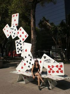 Plateia.co #ValoralaDiversidad #CreatividadsinLimites #PlateiaColombia #artecallejero #streetart bench made of cards