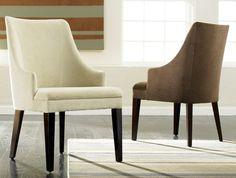 fauteuil-cabriolet-pas-cher-blanc-et-beige-tapis-coloré-et-prquet-noir-dans-le-salon-moderne