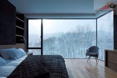 Спальня с шикарными окнами