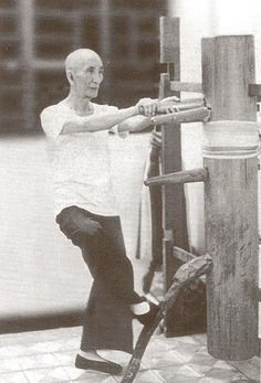 Ip Man, in his twilight years, training on a wooden dummy. No excuse not to continue training. Bruce Lee Martial Arts, Kung Fu Martial Arts, Chinese Martial Arts, Mixed Martial Arts, Wing Chun Ip Man, Wooden Dummy, Wooden Man, Bruce Lee Kung Fu, Spartacus Workout