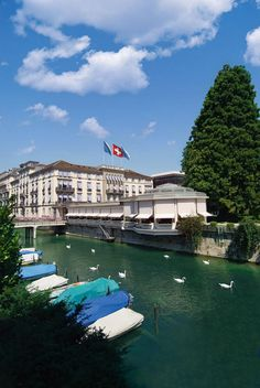 We visit the Baur au Lac Hotel in Zurich that combines history and tradition with modern design and exceptional service levels. Top Hotels, Hotels And Resorts, Best Hotels, Switzerland Cities, Lake Zurich, Last Minute Hotel Deals, Hotel Pool, Beautiful Hotels, Romanesque