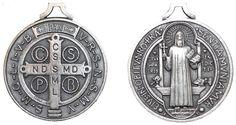 A Medalha de São Bento, onde está gravada esta famosa oração, é considerada um sacramental, quer dizer, um sinal poderoso de fé. Diz-se que o uso da medalha protege contra as artes do demônio e concede graças, como a vitória sobre os inimigos e, é claro, sobre a tentação.