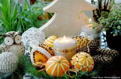Quelques oranges, des clous de girofle et des rubans, voici de quoi composer une décor parfumé pour la maison juste avant Noël. Fabriquez des pomanders ou pommes de senteur avec notre tuto.