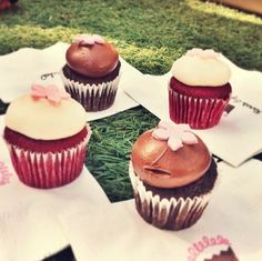 Cupcakes in the park... a sweet way to spend Wednesday. Happy #humpday! (pic via @karawrbear) #thesfsweet #xoxokaras