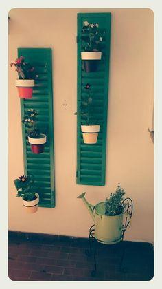 Decoración para patio/terraza elaborado con persianas y regadera metálicas recicladas. Plantas utilizadas: Lavanda, flor de azucar, gerbera.