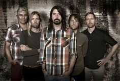 Foo Fighters. From left to right: Pat Smear (guitar, piano, vocals), Taylor Hawkins (drums, percussions, vocals, piano), Dave Grohl (guitar, vocals, drums), Chris Shiflett (guitar, bass, vocals) and Nate Mendel (bass guitar, double bass, guitar, violin, keyboards, drums, vocals).