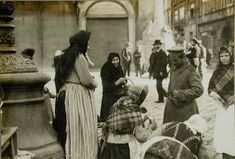 57. Солдат покупает молоко у одной из уличных торговок. Лемберг