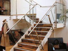 Baranda de escalera de acero inoxidable y vidrio D LINE TWO POINT FIXING by Q-RAILING ITALIA diseño Knud Holscher