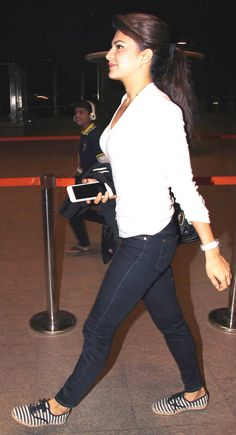 Was Jacqueline Fernandez trying to avoid the cameras at Mumbai airport?
