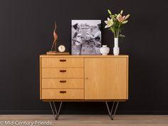 Klassisches Kommode aus den 1960er Jahren. Hochwertiger Korpus in Esche Furnier mit vier Schubladen, einer Schranktüre und neuen, filigranen Stahlfüßen. Qualitätsmerkmale: - gute...