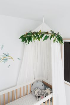DIY nursery canopy with eucalyptus garland DIY Kindergarten Baldachin mit Eukalyptusgirlande Canopy Over Crib, Cot Canopy, Baby Canopy, Cot Bedding, Canopies, Diy Nursery Decor, Baby Room Decor, Nursery Room, Baby Tips
