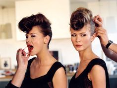 Chignon banane sur le dessus de tête pour un look rock'n roll by mod's hair Chignons Rock, Mod Hair, Roll Hairstyle, Look Rock, Glamour, Bat Mitzvah, Updos, Rock And Roll, Awards