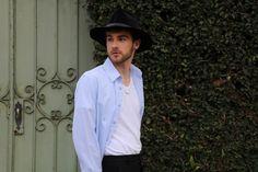 blog lincooln, lincoln briniak, lincoln, ootd, style, fashion, outfit, male, look do dia, moda masculina, bota, cabelo masculino, chapéu, chapéu masculino, chapéu para homens, chapéu preto, fedora, hat, mens hat, acessório, anel, relógio, anel homem, relógio homem, relógio masculino, camisa azul, camisa, barba, olho azul